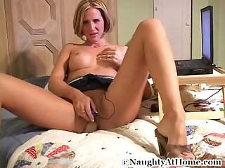Milf desirae spencer masturbates