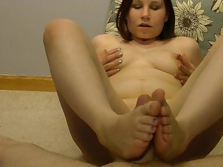 Sexy anabelle giving a hot footjob