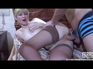 Mature amateur in stockings approves the exam swallowing