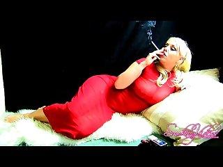 Rubia fumando y tocandose