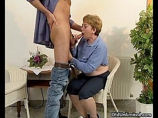 Horny mature woman gets her hairy cunt