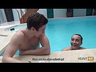Hunt4k period sesso nella piscina privata