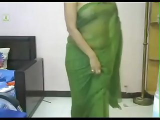 Desi girl in green sari. looking smoking hot in indian song. Must watch.