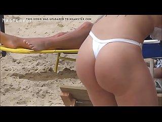 Flagrei uma Loira Tatuada e Deliciosa de Biquini Branco Desfilando pela Areia da Praia .