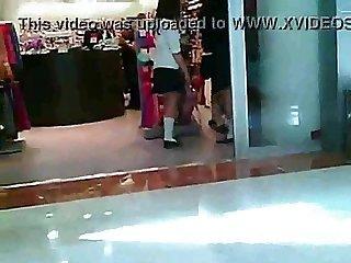3 colegialas en hilo en centro comercial