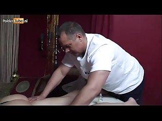 Jenna laat zich masseren en komt spuitend klaar van anale seks