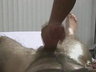 Peludo relaxando com a mo amiga hairy guy getting relax with a helping hand