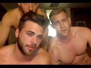 Trs machos deliciosos brincando e se exibindo na cam