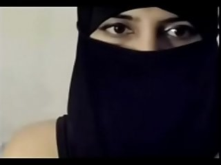 Desi chubby muslim Bhabhi first time exposed her asset on cam