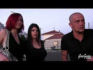 Vanessa et ses amis essaient des canaps pendant un gangbang