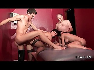 2 jeunes salopes francaises sodomisees dans un plan a 4 avec papay dans un club