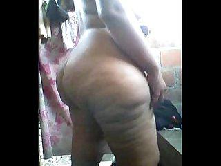 Mi mujer enseando su enorme trasero