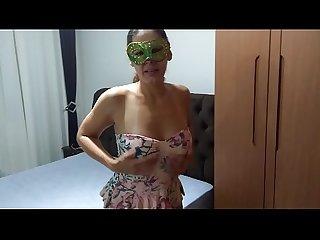 Raquel socando os pirulitos no cu E na buceta Para o cliente chupar vejam Que delcia o caldinho sain