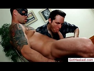 Tatooed muscle hunk dick sucked by gotmasked