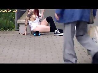 Adolescentes hacia la distra�a caminando desnuda
