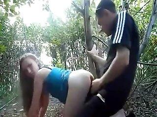 Novinha dando pro dotado no mato