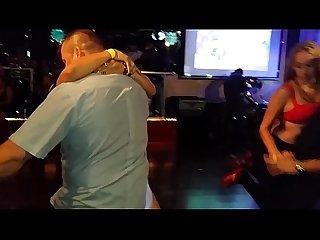 Rubia tatuada chichona bailando caliente en concurso