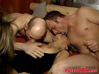 Dos esposas Putas en Orgia swinger con varios hombres