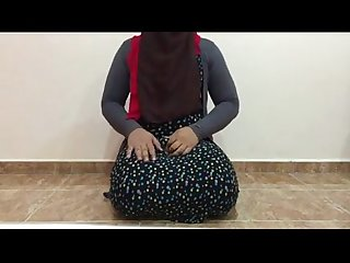Arab hot shemale in hijab plays with dildo and fucking ass
