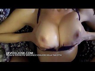 Giovane milf italiana fa un bocchino con ingoio al suo amante