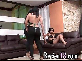 Dos brasileras cochinas inmundas abusan a su empleada oliendo pedos culo en la cara