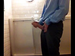 Dotado batendo uma no Banheiro